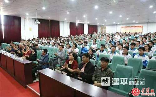 讲台的张立勇到建平县实验中学作报告图片